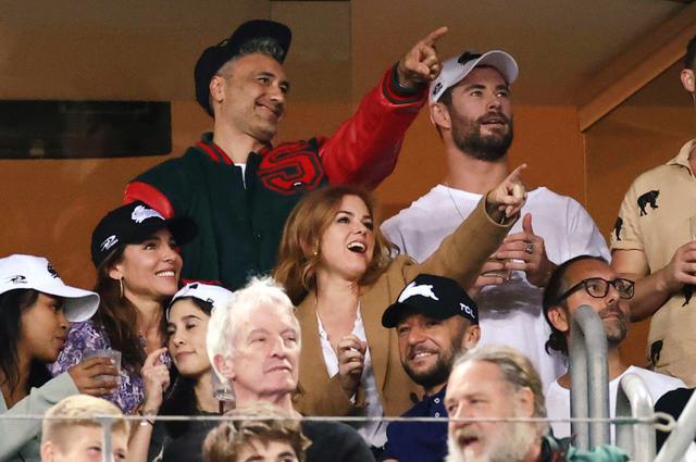 画像: 3月末、一緒にラグビー試合を観戦するキャストたち。クリスやナタリー、テッサ、ラッセルのほかにイドリス・エルバやアイラ・フィッシャーらの姿も。