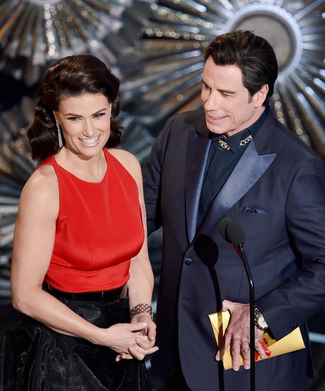 画像: 翌年のアカデミー賞では2人で壇上に上がり、イディナがジョンを「グロム・ガジンゾ」と架空の名前で紹介しリベンジを果たして笑いをとった。