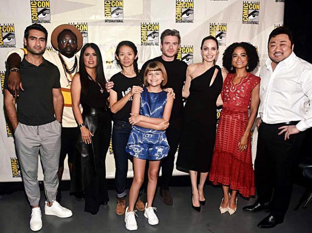 画像: ジャオ監督と『エターナルズ』のキャストたち。左から:クメイル・ナンジアニ、ブライアン・タイリー・ヘンリー、サルマ・ハエック、クロエ・ジャオ、リア・マクヒュー、リチャード・マッデン、アンジェリーナ・ジョリー、 ローレン・リドロフ、 マ・ドンソク。