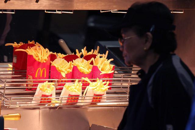画像: マクドナルドのポテトは容器に対して量が少ない?