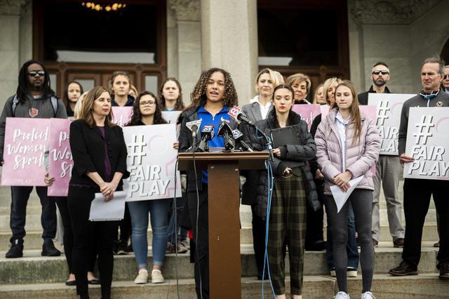 画像: コネチカット州においてトランスジェンダーの生徒が女子チームでプレーできるせいで、自分たちの入賞や奨学金の機会が奪われているとして2020年に訴えを起こした女子高生とその家族。被害の事実が示せなかったとして訴えは棄却された。
