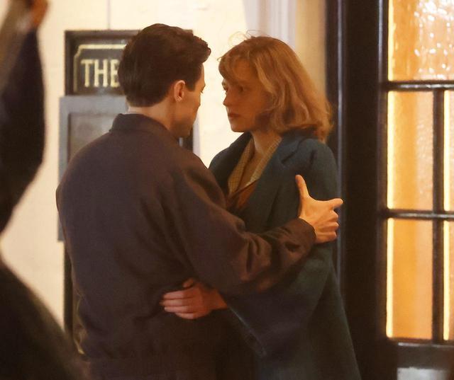 画像1: ハリー・スタイルズとエマ・コリンが熱いキスを交わす