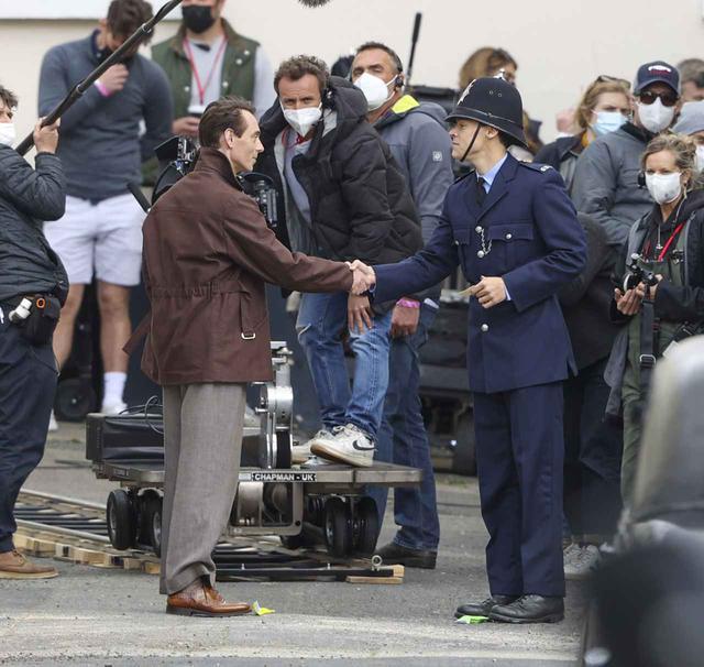 画像3: 警官の格好をして撮影に臨むハリー・スタイルズ