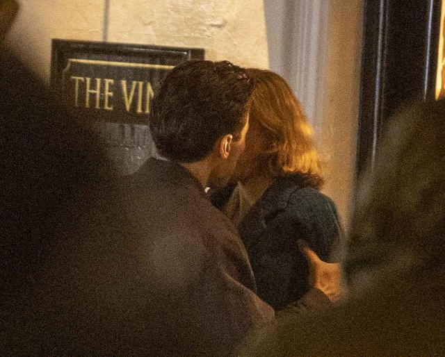 画像2: ハリー・スタイルズとエマ・コリンが熱いキスを交わす