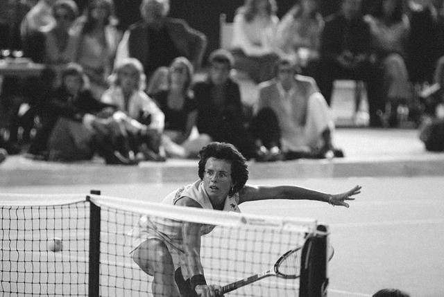 """画像: ビリー・ジョエル・キングは1970年代に男女同権運動をリードしていた、女子テニス世界ランク1位の選手。写真は、""""女子テニスは男子よりレベルが低いから現役引退した男子選手は現役の女子選手に勝てる""""と言ったボビー・リッグスに3セットストレート勝ちした時のもの。"""