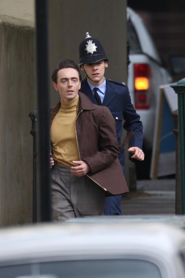 画像2: 警官の格好をして撮影に臨むハリー・スタイルズ