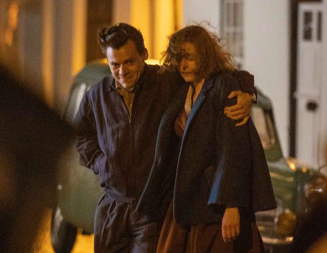 画像3: ハリー・スタイルズとエマ・コリンが熱いキスを交わす