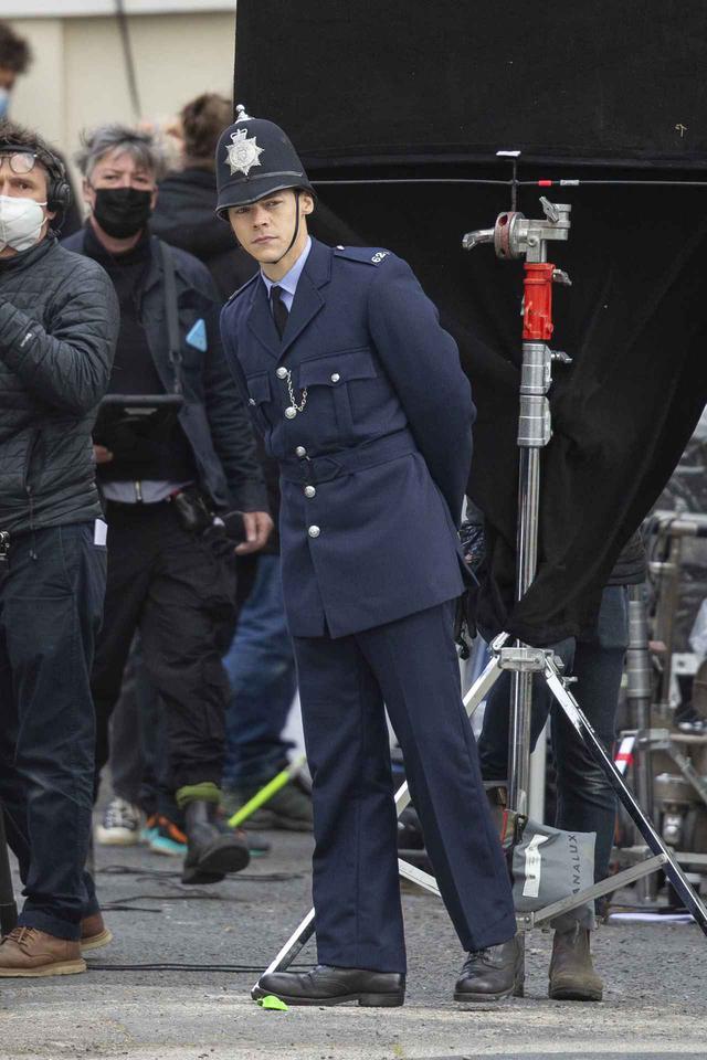 画像1: 警官の格好をして撮影に臨むハリー・スタイルズ