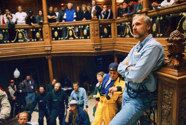 画像: 『タイタニック』のセットに立つジェームズ・キャメロン監督。