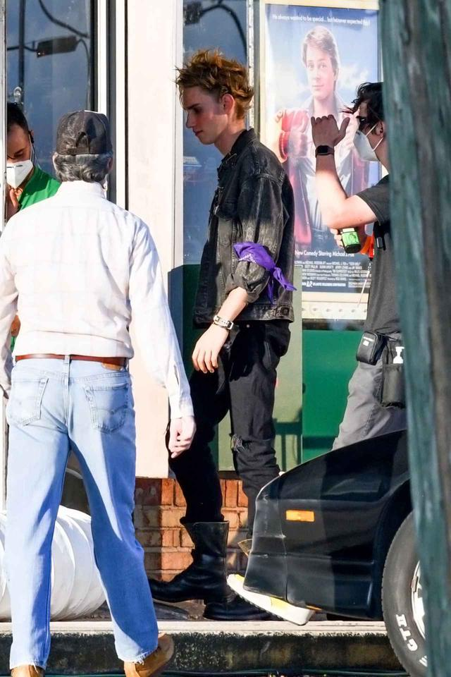 画像: 『ストレンジャー・シングス』撮影現場でのロアン・サーマン・ホーク。