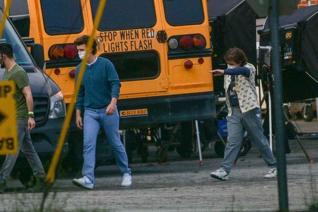 画像: この日の撮影では、スティーブ役のジョー・キーリーとダスティン役のゲイテン・マタラッツォの姿も。