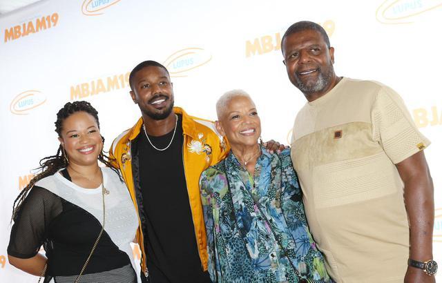画像: 左から姉ジャミラ・ジョーダン、マイケル・B・ジョーダン、母ドナ・ジョーダン 、父マイケル・A・ジョーダン。