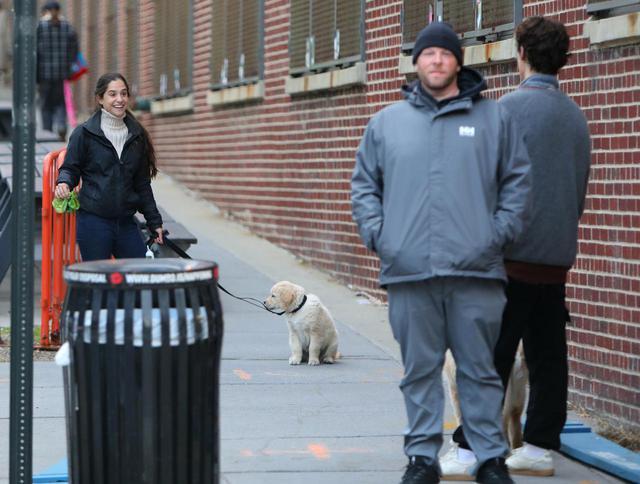 画像3: ショーン・メンデスが愛犬の散歩中に恋人のそっくりさんに遭遇