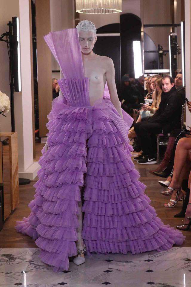 画像3: リナ・サワヤマがバルマンのドレスで登場