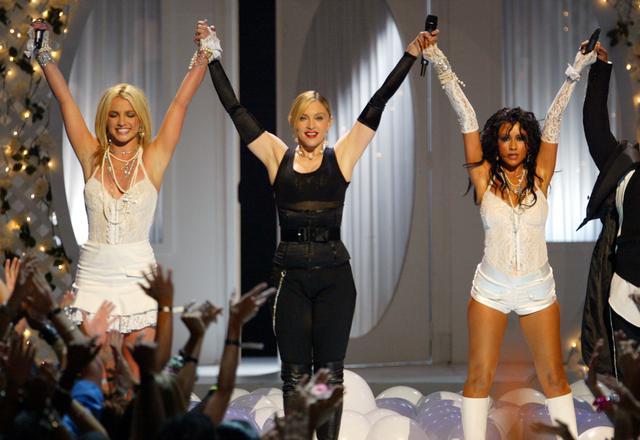 画像: 2003年にMTVビデオ・ミュージック・アワードでマドンナ(中央)と共演したブリトニー・スピアーズ(左)とクリスティーナ・アギレラ(右)。