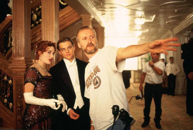 画像: 『タイタニック』の撮影現場でレオナルド・ディカプリオとケイト・ウィンスレットに指示を出すジェームズ・キャメロン監督。