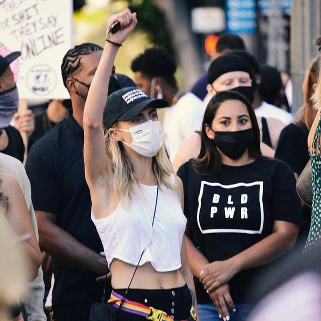 画像: 積極的に人権問題に取り組む、俳優兼モデルのカーラ・デルヴィーニュ。evolvetogetherのマスクを愛用してデモに参加して。