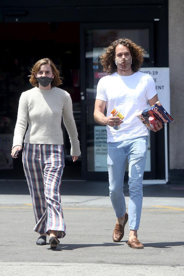 画像: つい先日、レオとドラッグストアに出かける様子が目撃されたエマ。
