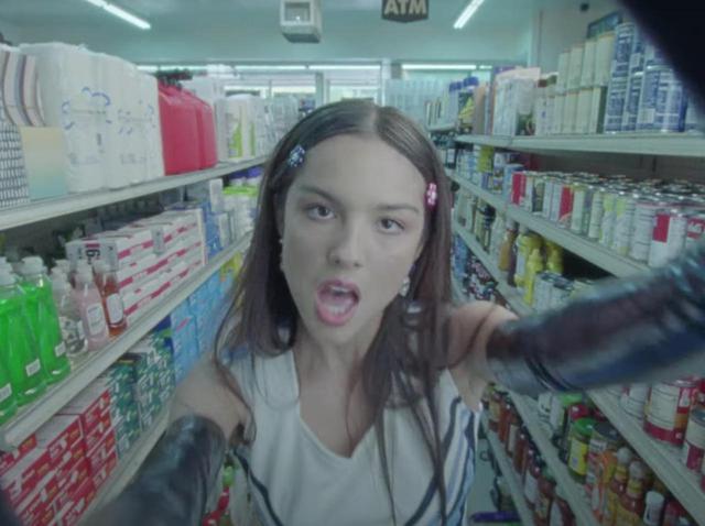 画像: 器用すぎる...オリヴィア・ロドリゴが今度は新曲「good 4 u」でロックシンガーに!?【歌詞和訳】 - フロントロウ -海外セレブ情報を発信