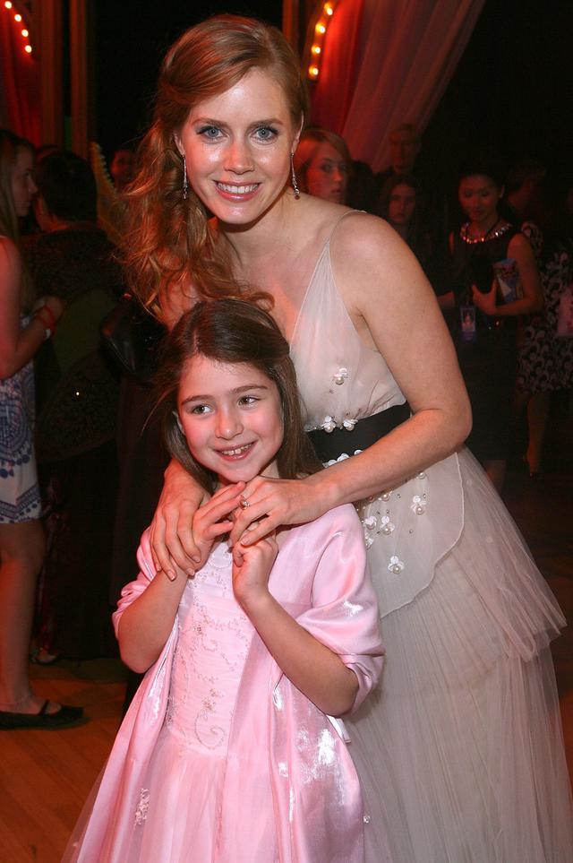 画像: 2007年の『魔法にかけられて』のワールドプレミア後に行なわれたアフターパーティーでじゃれ合うエイミーとレイチェル。