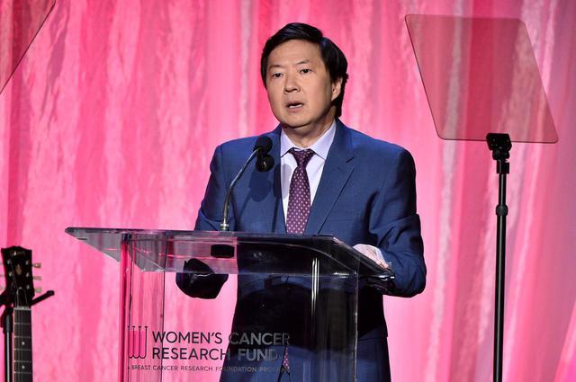 画像: イベントの司会進行を務めるケン・チョン。