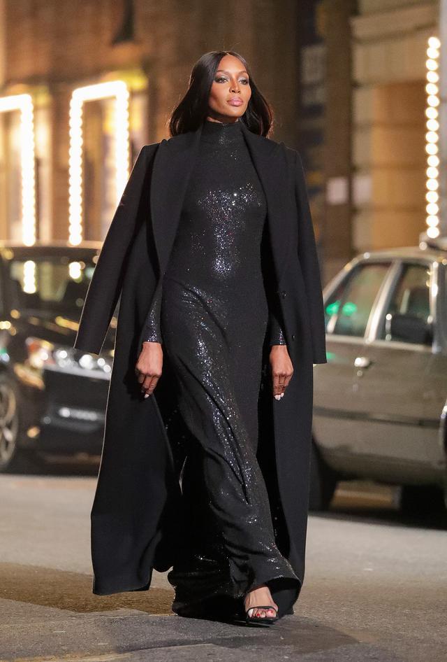画像: タイムズスクエアで行なわれたMichael Korsのファッションショーでランウェイを歩くナオミ。
