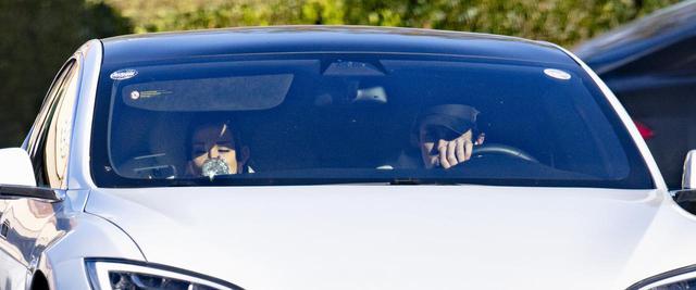 画像: 車に乗っているアリアナとダルトン。