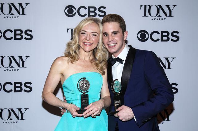 画像: 第71回トニー賞で主演男優賞と助演女優賞を受賞した、ベン・プラット(右)とレイチェル・ベイ・ジョーンズ(左)。