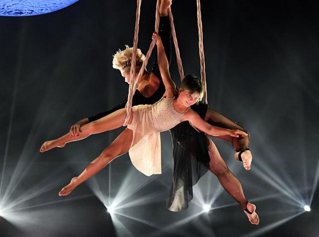 画像: ピンクと娘ウィロー、アクロバティックなパフォーマンスが圧巻【BBMAs】 - フロントロウ -海外セレブ情報を発信