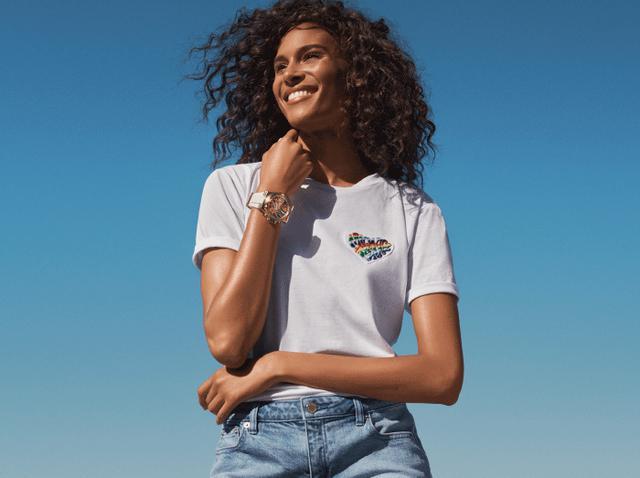 画像: 利益がすべて寄付されるレインボー ハートバッジTシャツ