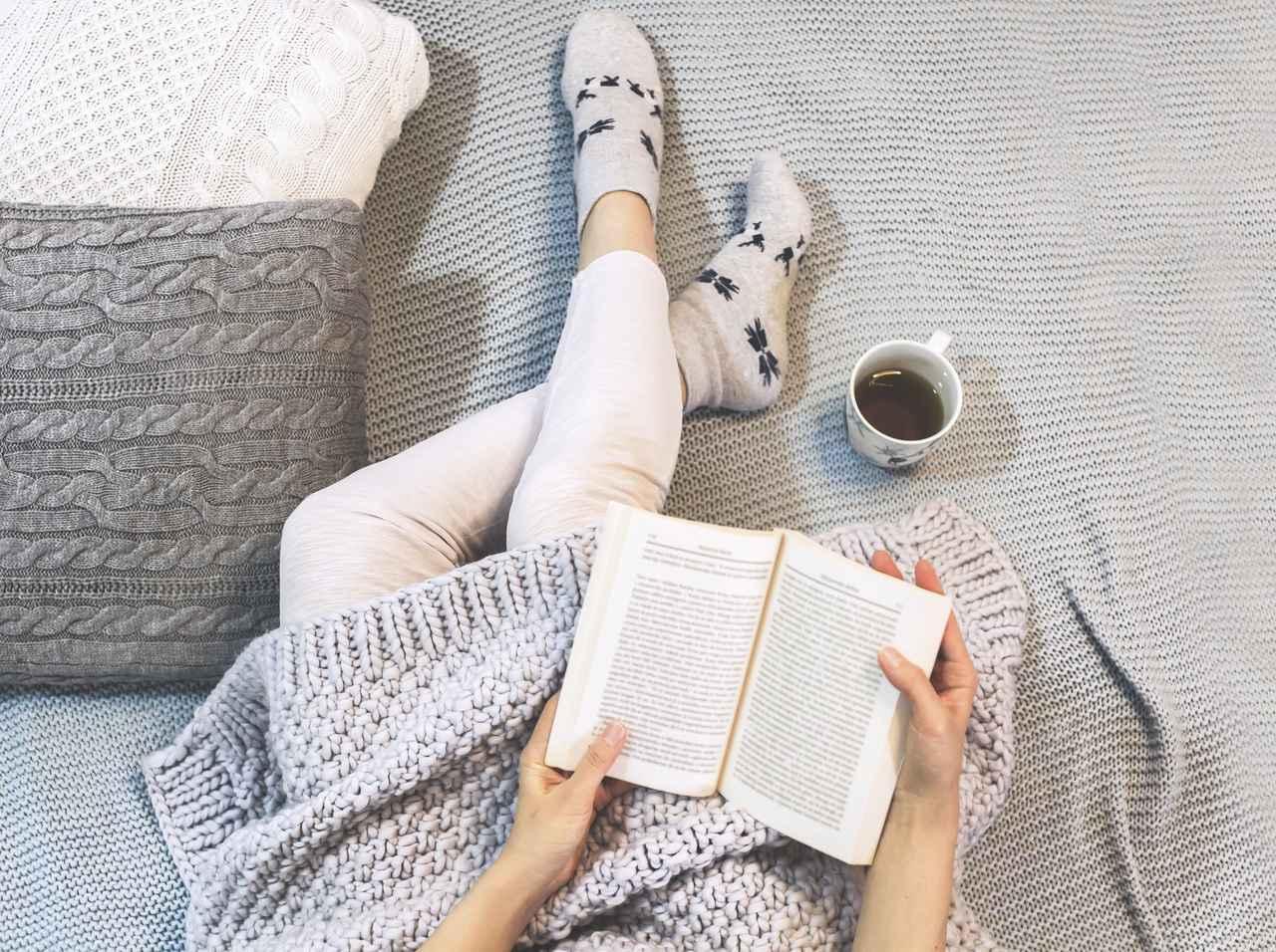 画像: リラックスして本を読む