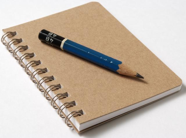 画像: ノートに考え事をつづる