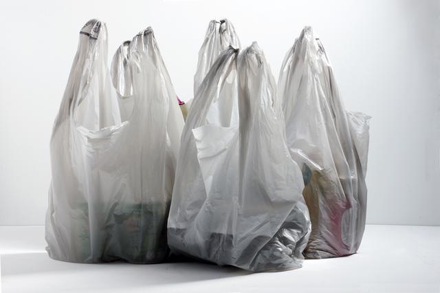 画像: 年間およそ500万トン〜1,300万トンのプラスチックごみが海に捨てられている