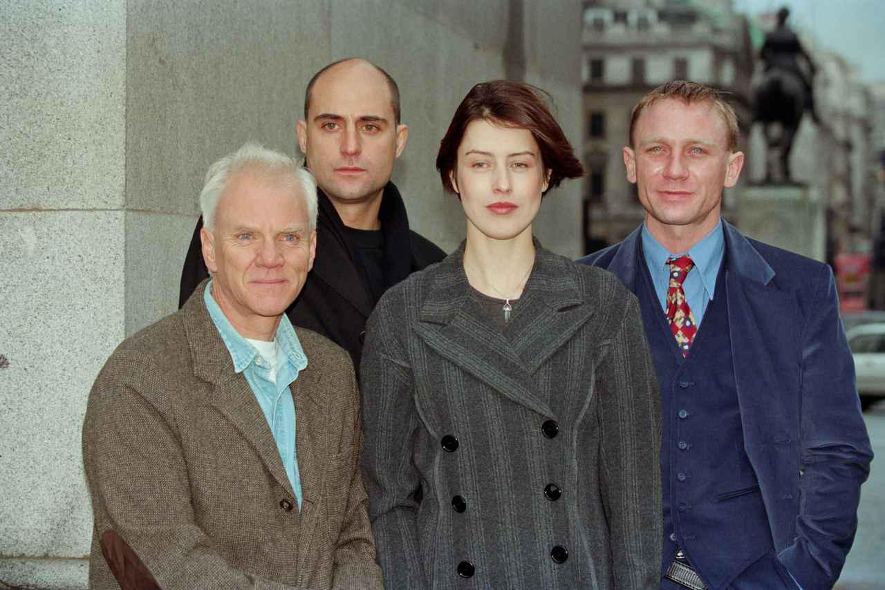 画像: 1996年に撮影された『Our Friends in the North(原題)』のキャストたち。後列左がマーク、後列右がダニエル。