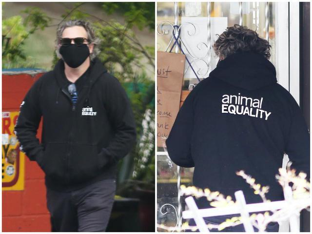 画像: 「Animal Equality(動物との共生)」と書かれた服を着て外出するホアキン・フェニックス。