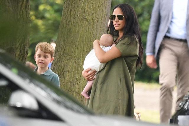 画像: 2019年7月、アーチーを連れてヘンリー王子やウィリアム王子が出場したポロの試合を観戦に訪れたメーガン妃。