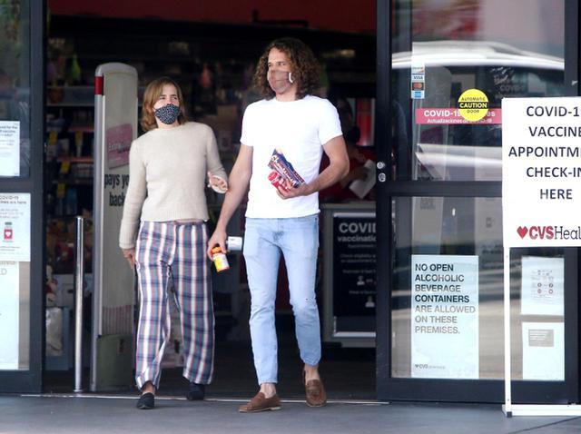 画像: エマ・ワトソンがすっぴん&マスクで恋人とドラストへ 買ったものが意外【写真アリ】 - フロントロウ -海外セレブ情報を発信