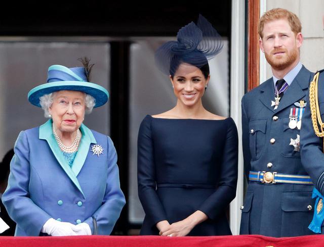 画像2: エリザベス女王がひ孫のリリベットと画面越しに対面