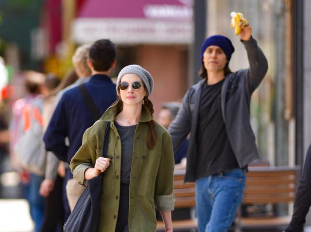 """画像: アン・ハサウェイ、街でジャレッド・レトに呼びかけられるも""""ガン無視""""する姿が目撃されてしまう - フロントロウ -海外セレブ情報を発信"""