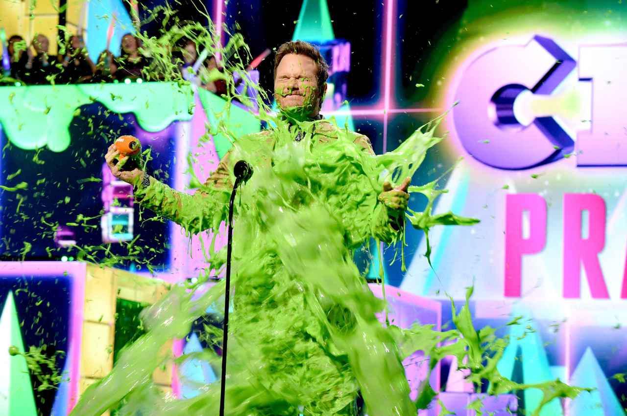 画像: 過去に開催されたキッズ・チョイス・アワードで全身スライムまみれになる人気俳優のクリス・プラット。