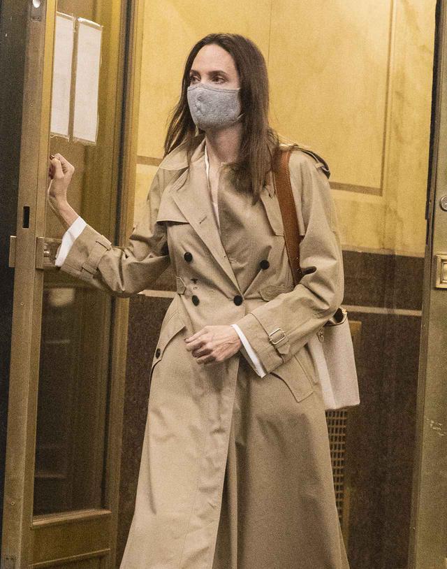 画像: 元夫のジョニー・リー・ミラーが暮らすアパートから出てきたアンジェリーナ・ジョリー。