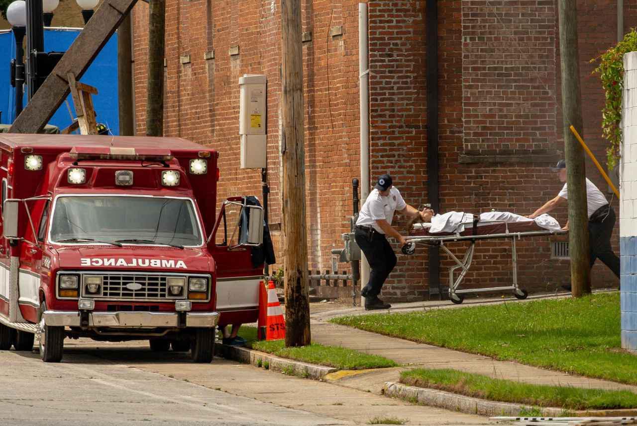 画像1: イレブンがストレッチャーで救急車へ運ばれる