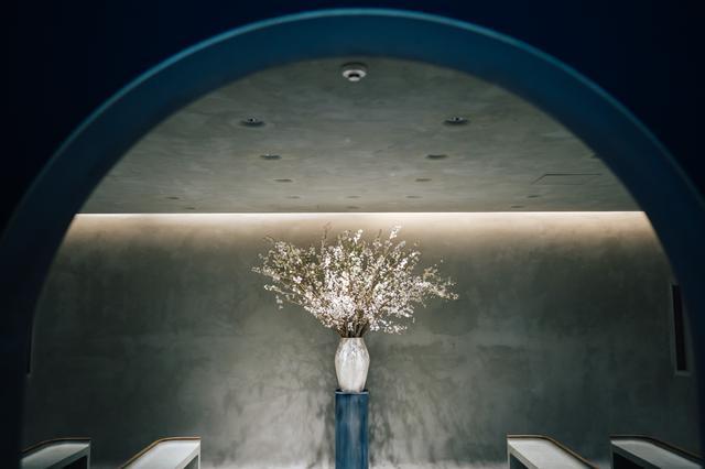 画像: 会場となるIWAI OMOTESANDOはCRAZY WEDDINGが手がける初の自社施設。建築はPuddle代表・建築家の加藤匡毅が手がけており、お祝いにおいて必要なものだけを磨き残した空間となっている。
