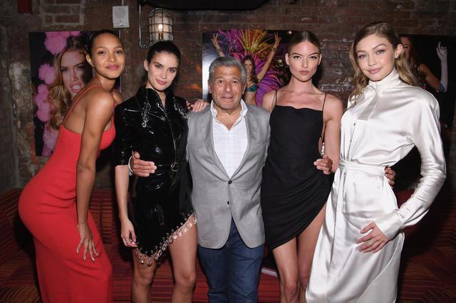 画像: エド・ラゼックを囲むモデルたち。左から:ライス・リベイロ、サラ・サンパイオ、ラゼック氏、マーサ・ハント、ジジ・ハディッド。ラゼック氏は2019年8月に辞任している。