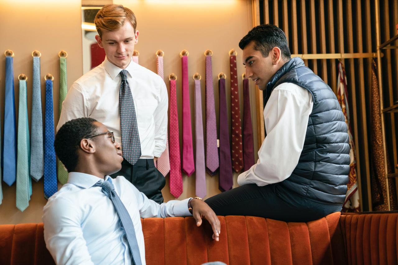 画像: ヨレヨレのシャツを着た人にウン百億円は渡さない。新入社員たちは「まともなシャツを着ろ!」と先輩たちからたびたび厳しく指示される。