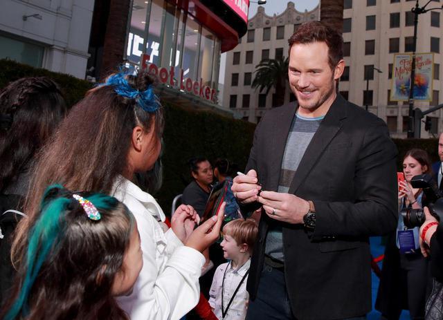 画像: 映画のプレミアイベントで遭遇した幼いファンに笑顔を見せるクリス。