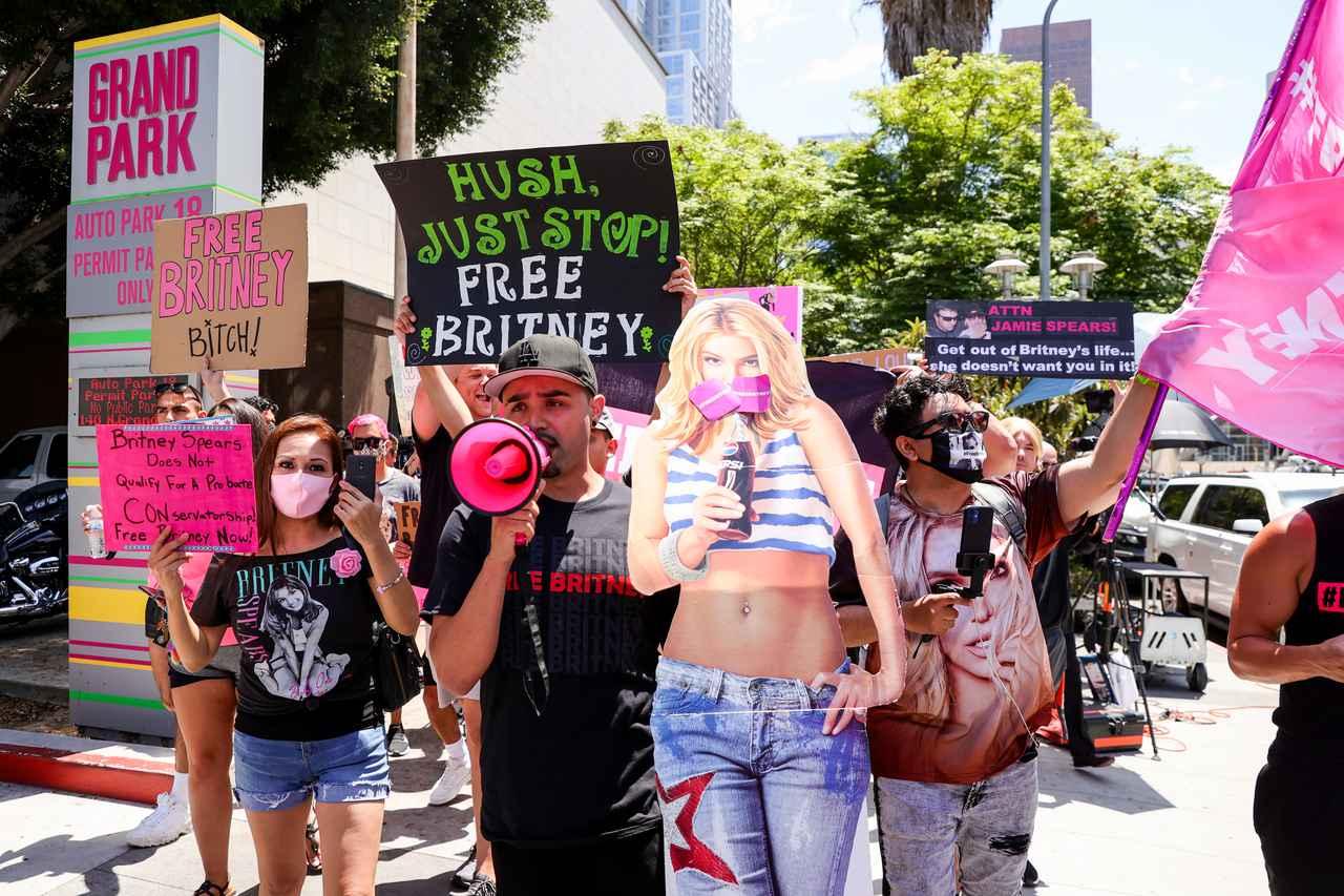 画像: 審問が行なわれたロサンゼルス郡上級裁判所の前に、「#Free Britney(ブリトニーを解放せよ)」と描かれたプラカードを持って集まったファンたち。