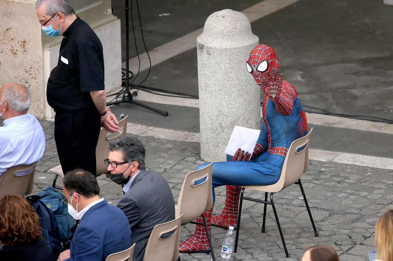 画像1: スパイダーマンがローマ教皇に謁見