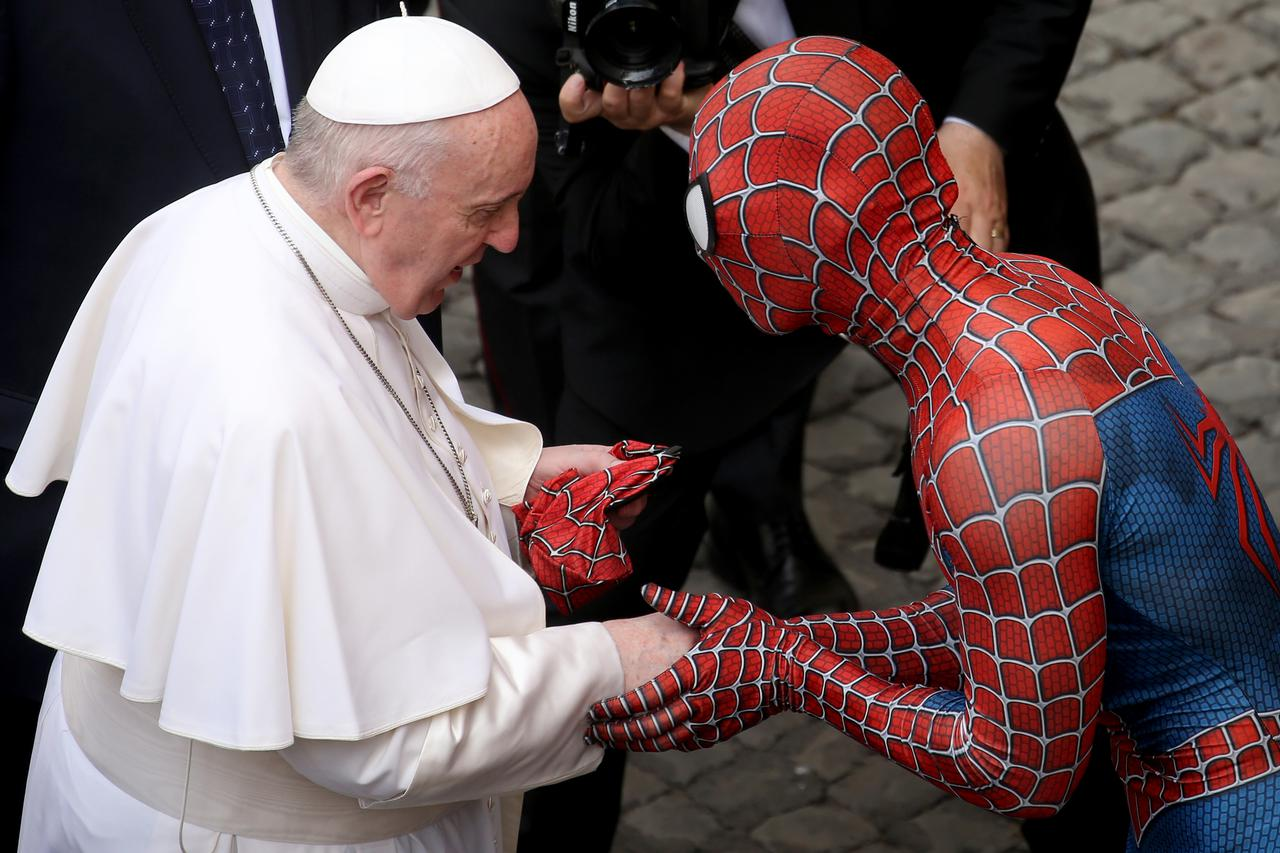画像2: スパイダーマンがローマ教皇に謁見