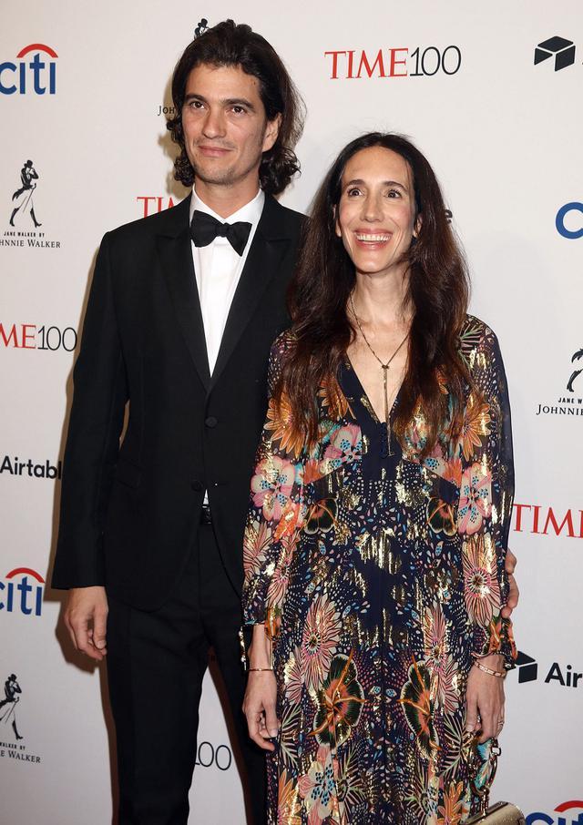 画像: アダム・ニューマンとレベッカ・ニューマン。2人の間には双子を含む5人の子供がおり、一度はイスラエル・テル・アビブに移住したものの、現在はアメリカ国内で暮らしていると言われる。レベッカは、俳優のグウィネス・パルトロウの父方の従姉妹にあたる。